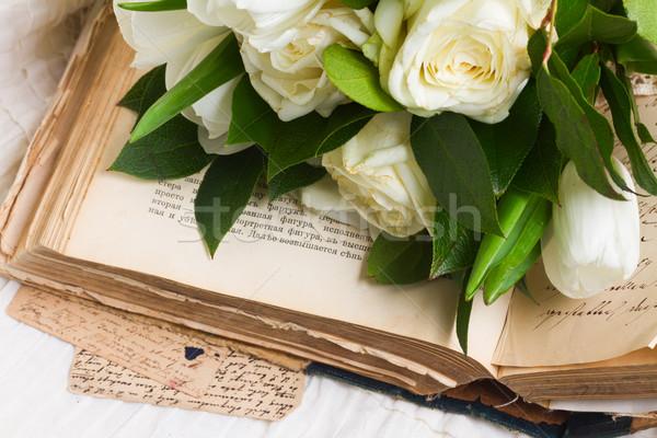 Foto d'archivio: Vecchio · libri · fiori · vintage · libro · aperto · fiori · bianchi
