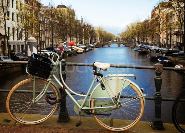 Eski bisiklet kanal Amsterdam pembe ayakta Stok fotoğraf © neirfy