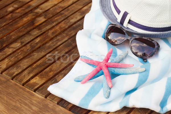 Toalla de playa marco verano sombrero mesa de madera Foto stock © neirfy