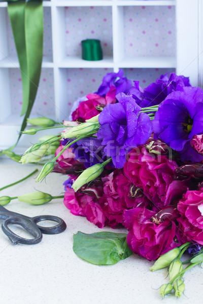 Köteg ibolya mályvaszínű virágok friss asztal Stock fotó © neirfy