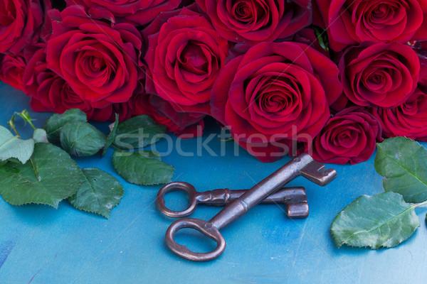 Kulcsok bíbor rózsák kék asztal virágok Stock fotó © neirfy