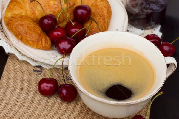 Ontbijt vers zwarte koffie croissants home vruchten Stockfoto © neirfy