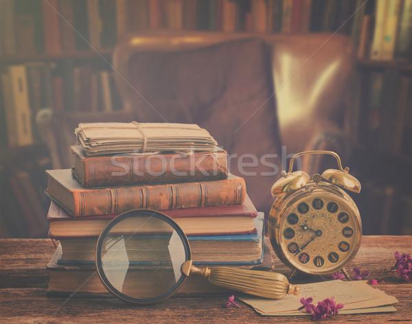 Pfund uhr holztisch bibliothek retro stock foto for Holztisch retro