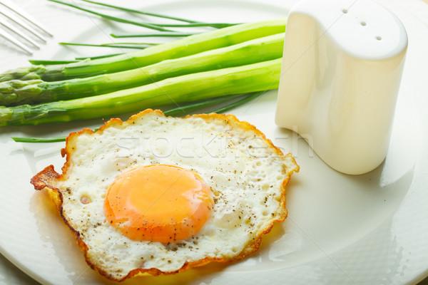 Tükörtojás tányér zöld spárga fehér étel Stock fotó © neirfy