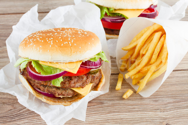 Grand Burger frites françaises fraîches table en bois bar Photo stock © neirfy