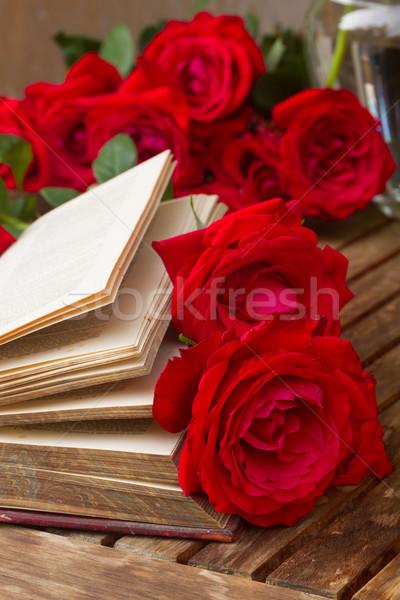 Libro viejo rosas vintage mesa rosas rojas libro Foto stock © neirfy