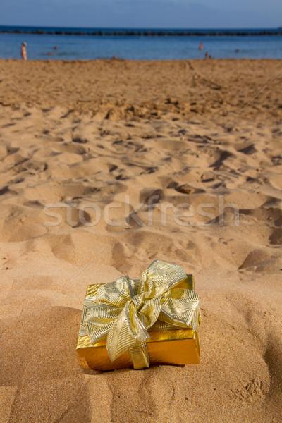 Uno dorado Navidad regalo playa arena Foto stock © neirfy