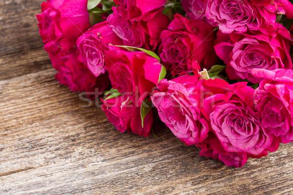Leylak rengi güller taze küçük ahşap masa Stok fotoğraf © neirfy