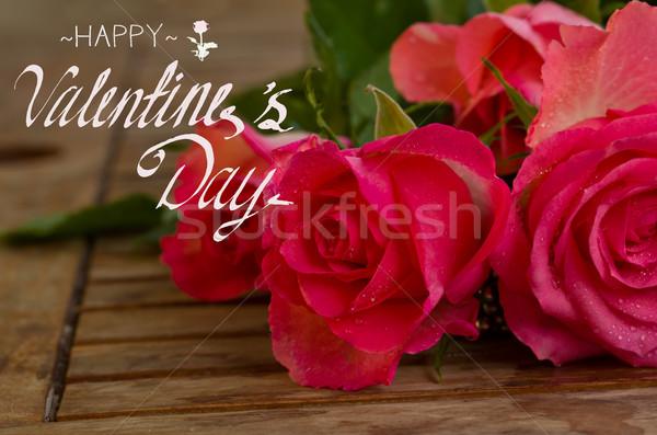 Ramo rosas rosa gotas de agua mesa de madera feliz Foto stock © neirfy