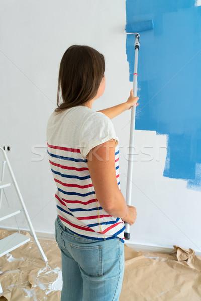 Donna pittura muro casa blu colore Foto d'archivio © neirfy