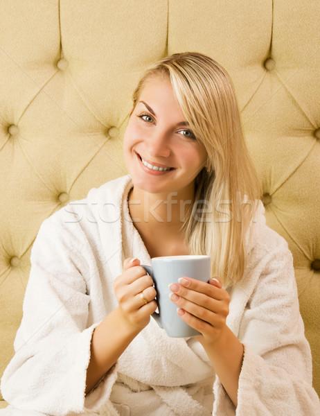 Stok fotoğraf: Güzel · genç · kadın · oturma · yatak · içme · gülümseme