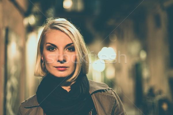 Belle blond femme imperméable extérieur nuit Photo stock © Nejron