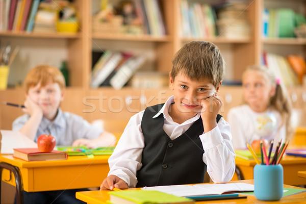 Zdjęcia stock: Mały · uczeń · posiedzenia · za · szkoły · biurko