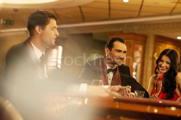Foto stock: Feliz · jovens · atrás · jogos · de · azar · tabela · bebidas