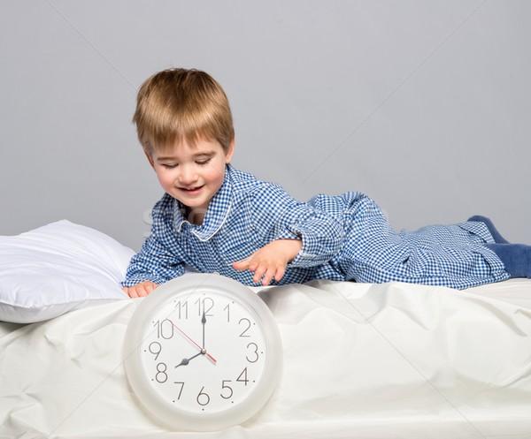 Pequeno menino azul pijama relógio cara Foto stock © Nejron