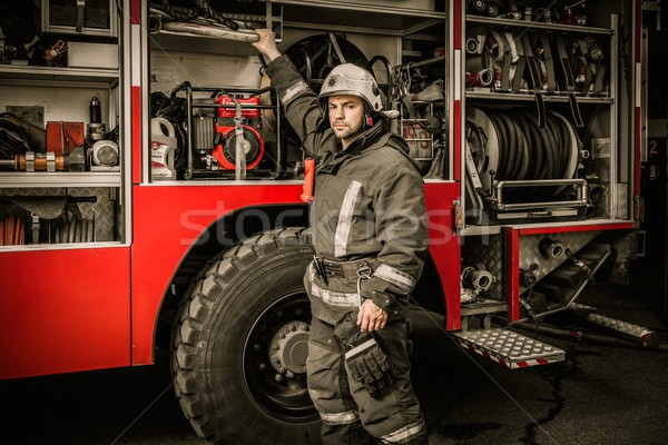 Brandweerman uitrusting vrachtwagen gebouw werken Stockfoto © Nejron