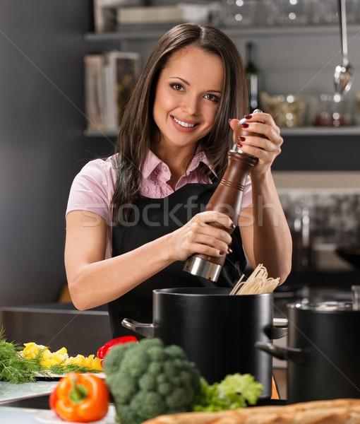 Foto stock: Sorridente · mulher · jovem · temperos · pote · moderno · cozinha