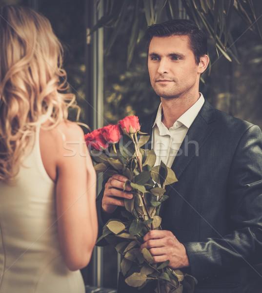Knappe man bos rode rozen dating dame vrouw Stockfoto © Nejron