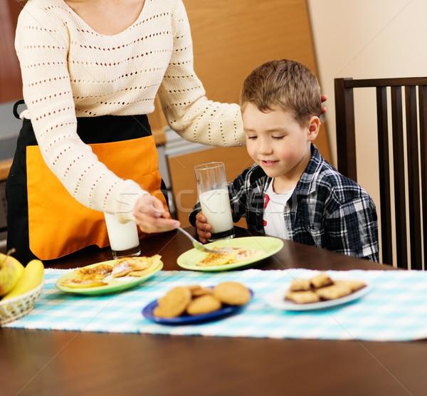 Giovani felice madre bambino mangiare sano colazione Foto d'archivio © Nejron