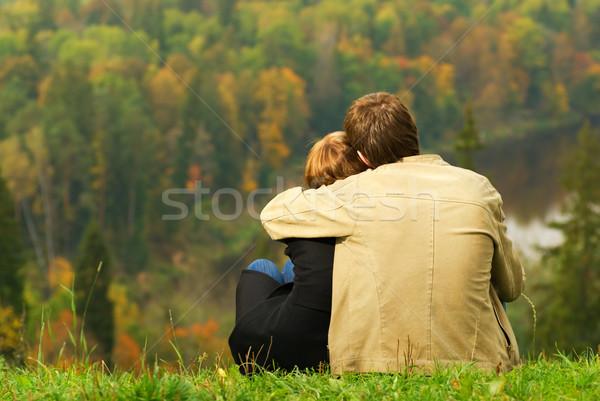 Sweet couple séance colline regarder automne Photo stock © Nejron