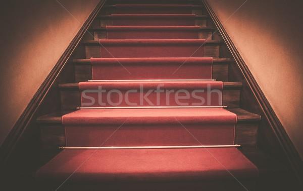 Tapis rouge bois étapes maison étage tapis Photo stock © Nejron