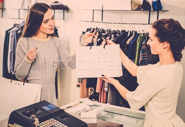Mutlu müşteri alışveriş çantası moda showroom para Stok fotoğraf © Nejron