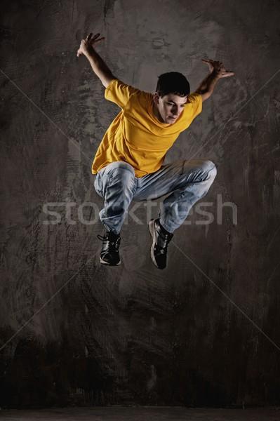 ストックフォト: 若い男 · ジャンプ · グランジ · 壁 · ダンス · モデル