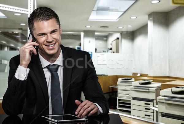Knappe man zwart pak mobiele telefoon moderne kantoor Stockfoto © Nejron