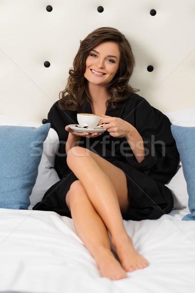 Mulher café cama quarto de hotel casa vidro Foto stock © Nejron