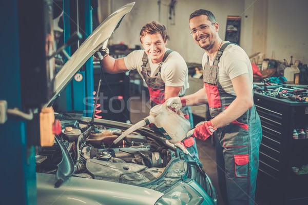 Twee mechanica olie niveau auto workshop Stockfoto © Nejron
