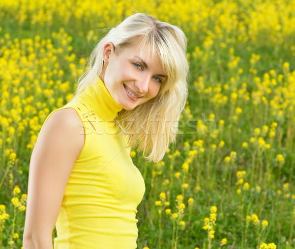 Belle jeune femme champ de fleurs fille printemps herbe Photo stock © Nejron