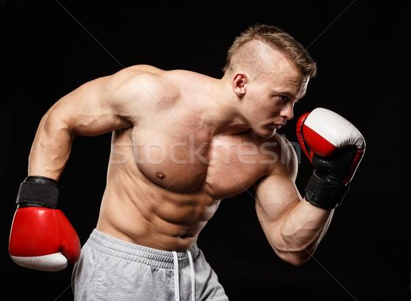 Knap gespierd jonge man bokshandschoenen hand Stockfoto © Nejron