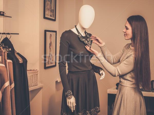 Fiatal nő néz nyaklánc próbababa bemutatóterem nő Stock fotó © Nejron