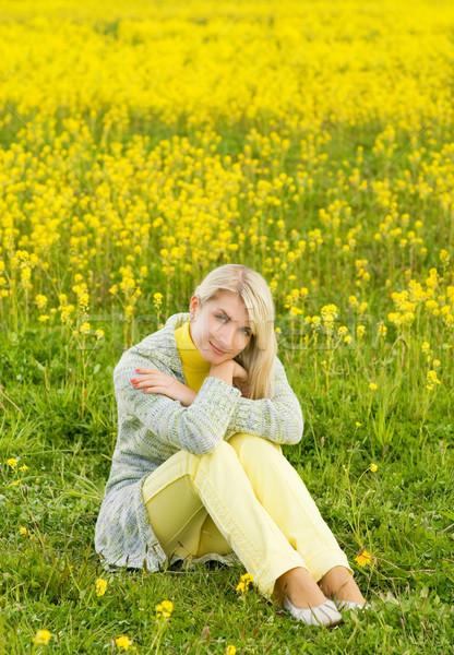 Belle jeune femme séance champ de fleurs fleurs fille Photo stock © Nejron