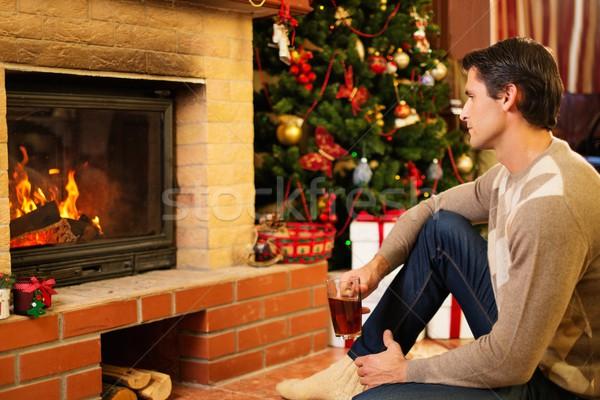Homme tasse boisson chaude cheminée Noël décoré Photo stock © Nejron