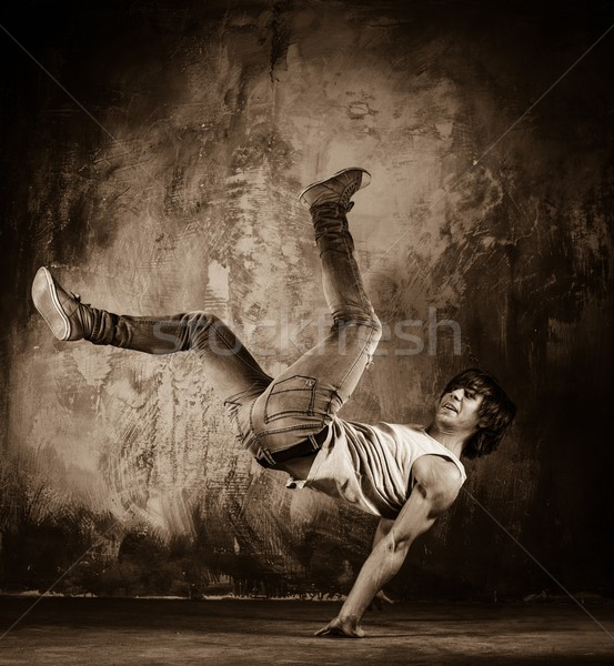 Photos jeune homme acrobatique grunge mur homme Photo stock © Nejron