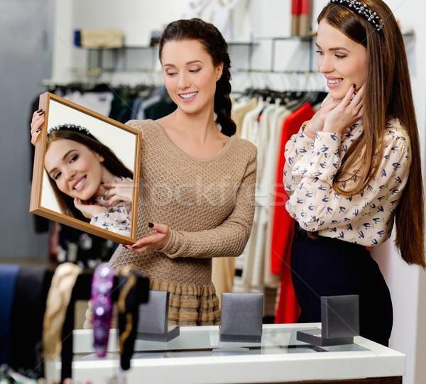 Fiatal nő választ ékszerek bolt asszisztens segítség Stock fotó © Nejron