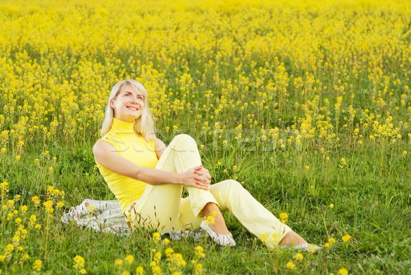 Belle jeune femme séance champ de fleurs fille printemps Photo stock © Nejron