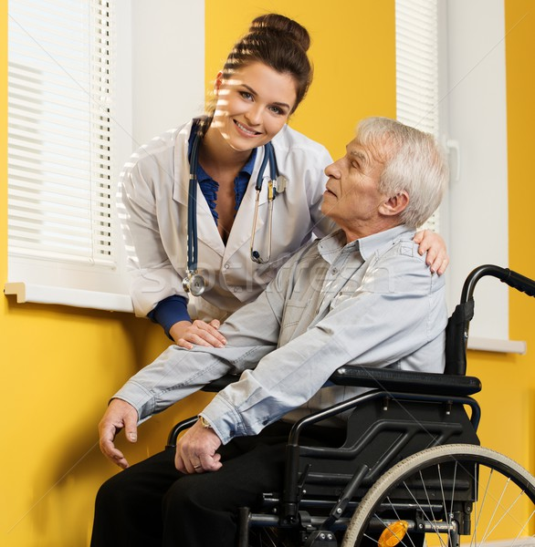 Wesoły młodych pielęgniarki kobieta starszy człowiek Zdjęcia stock © Nejron