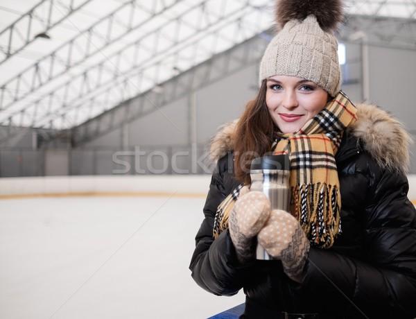 Dziewczyna kubek gorący napój łyżwiarstwo zimą Zdjęcia stock © Nejron