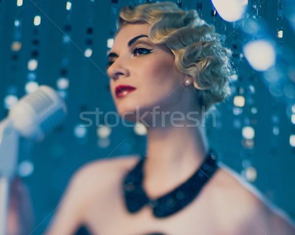 Elegant retro femeie cântăreaţă frumos Imagine de stoc © Nejron