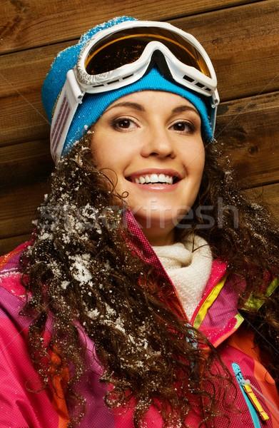 Glimlachende vrouw ski jas masker houten huis Stockfoto © Nejron