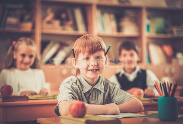 Weinig schooljongen achter school bureau Stockfoto © Nejron