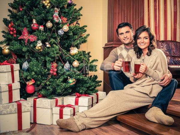 Paar warme drank kerstboom familie glimlach Stockfoto © Nejron