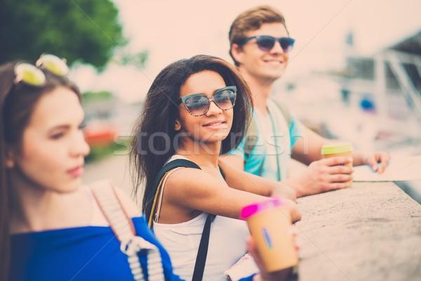 Stock fotó: Több · nemzetiségű · barátok · turisták · térkép · kávéscsészék · folyó
