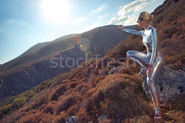 Stockfoto: Vrouw · bergen · hemel · wolken · hand · mode