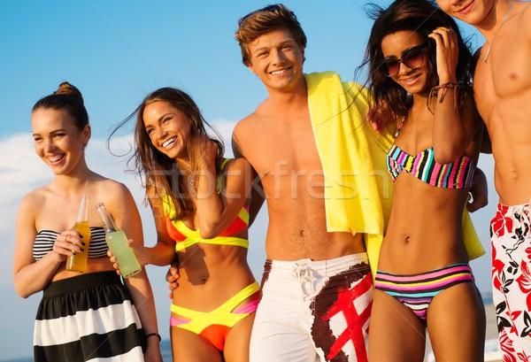 Csoport többnemzetiségű barátok sétál tengerpart lány Stock fotó © Nejron