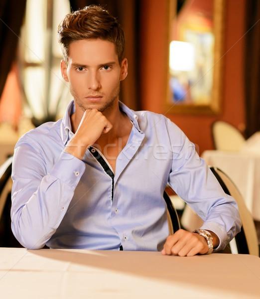 Przystojny młody człowiek sam restauracji żywności człowiek Zdjęcia stock © Nejron