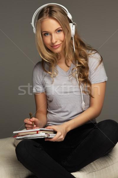Zdjęcia stock: Pozytywny · młoda · kobieta · student · notebooka · muzyki · książki