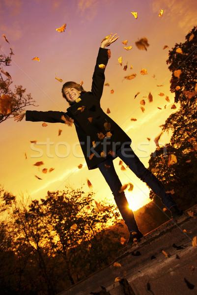 Stock fotó: Fiatal · lány · dob · őszi · levelek · naplemente · idő · nő